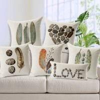 вариант необычных декоративных подушек в стиле спальни картинка