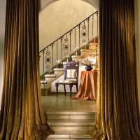 вариант ярких декоративных штор в интерьере комнаты картинка