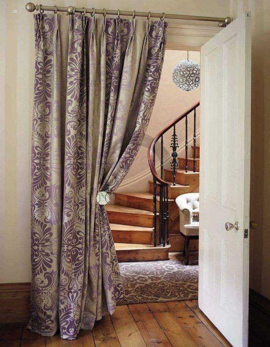 вариант оригинальных декоративных штор в дизайне комнаты