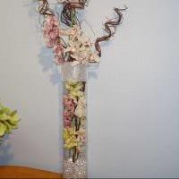вариант оригинального дизайна вазы с декоративными цветами фото