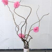 идея яркого декора напольной вазы с декоративными ветками картинка