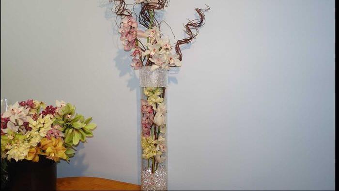 идея яркого декора напольной вазы с декоративными ветками