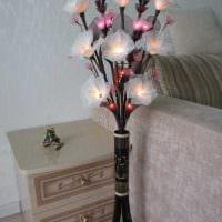 вариант оригинального декора вазы с декоративными цветами фото