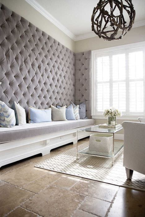 вариант яркого декорирования стен в гостиной