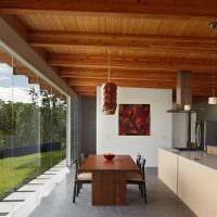 вариант яркого декора квартиры с декоративными балками картинка