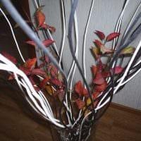 идея красивого интерьера напольной вазы с декоративными ветками картинка