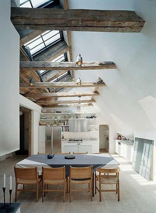 вариант яркого дизайна гостиной с декоративными балками