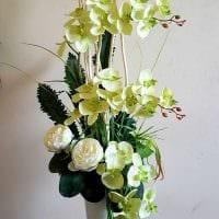 вариант оригинального интерьера напольной вазы с декоративными цветами картинка