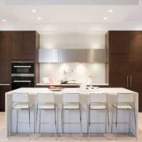 вариант яркого интерьера большой кухни фото