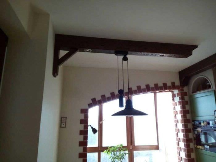 вариант оригинального интерьера кухни с декоративными балками