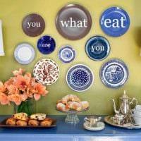 идея необычного стиля гостиной с декоративными тарелками на стену фото