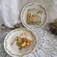 идея красивого стиля гостиной с декоративными тарелками на стену фото