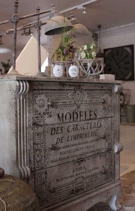 идея декорирования стола подручными материалами