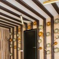 идея оригинального декора гостиной с декоративными балками фото