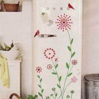 вариант красивого оформления холодильника на кухне картинка