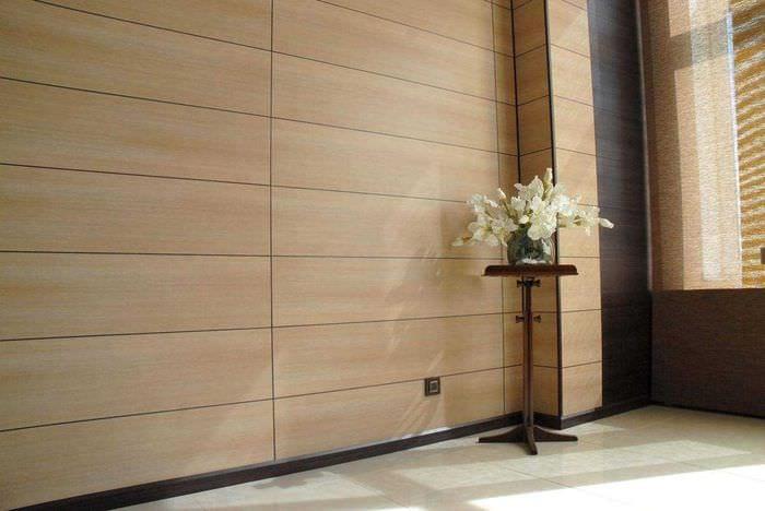 вариант яркого дерева в дизайне комнаты