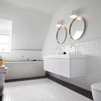 вариант яркого интерьера белой ванной фото