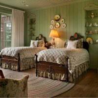 вариант яркого дизайна спальни с декоративными тарелками на стену картинка