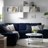 идея оригинального декора гостиной с диваном картинка