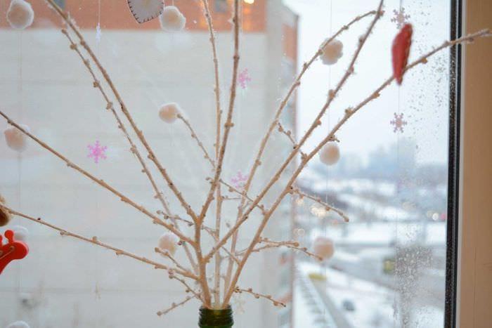 вариант оригинального декора вазы с декоративными цветами