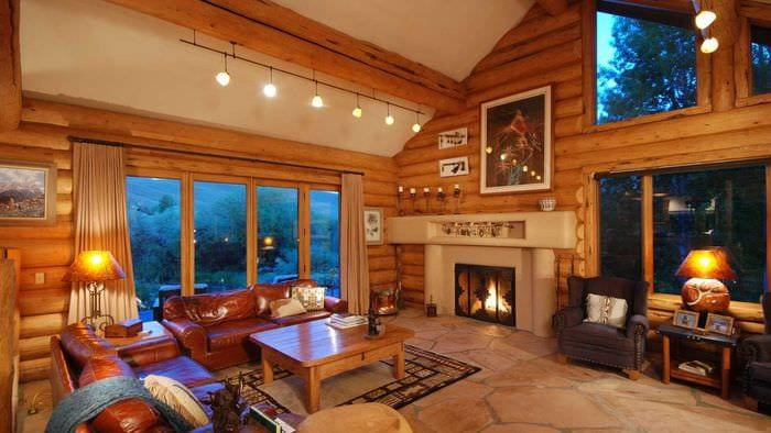 идея яркого интерьера дома в деревне
