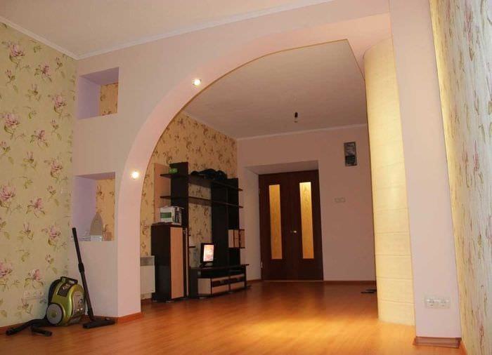 вариант красивого интерьера кухни с аркой