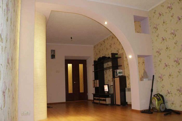 идея оригинального интерьера гостиной с аркой