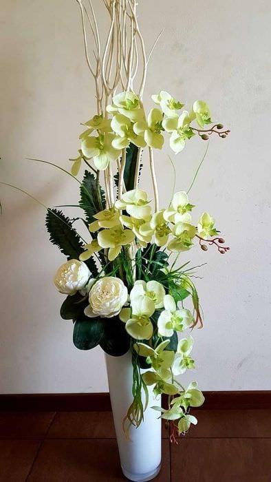 идея яркого декора вазы с декоративными цветами