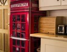 идея яркого декорирования холодильника на кухне картинка