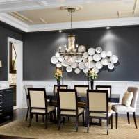 идея красивого оформления комнаты с декоративными тарелками на стену картинка