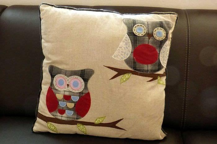 вариант современных декоративных подушек в стиле спальни