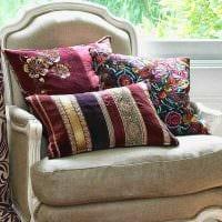 идея современных декоративных подушек в стиле спальни картинка