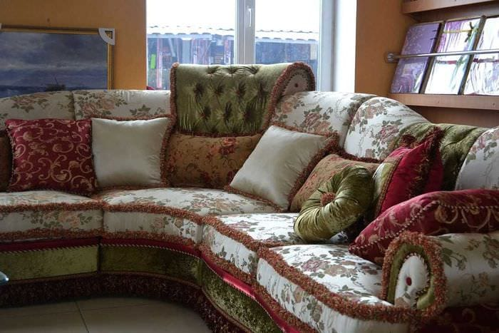 идея красивых декоративных подушек в интерьере спальни