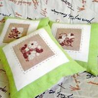 вариант современных декоративных подушек в дизайне спальни картинка