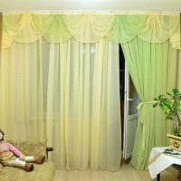 идея ярких декоративных штор в интерьере комнаты картинка