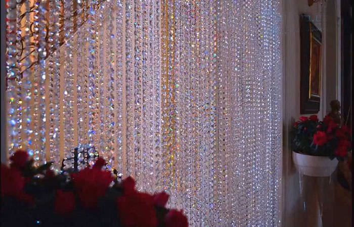 идея красивых декоративных штор в интерьере комнаты
