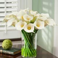 идея красивого декорирования настольной вазы картинка
