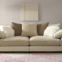 идея необычного декора гостиной с диваном картинка