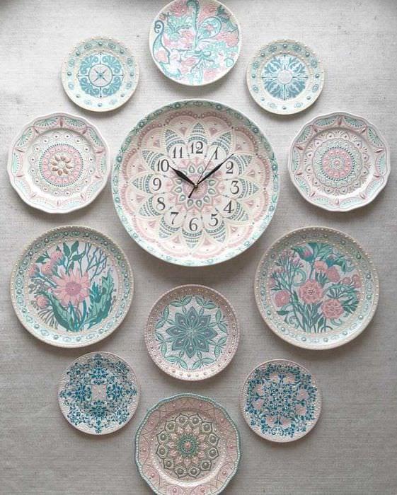 вариант оригинального интерьера гостиной с декоративными тарелками на стену