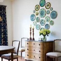 идея яркого стиля квартиры с декоративными тарелками на стену фото