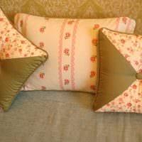 вариант оригинальных декоративных подушек в интерьере спальни фото