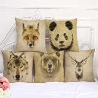 идея красивых декоративных подушек в дизайне гостиной картинка