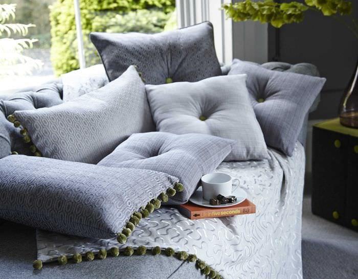 идея оригинальных декоративных подушек в стиле спальни