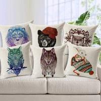 идея современных декоративных подушек в интерьере гостиной картинка