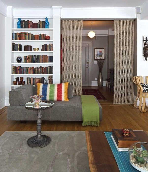 идея ярких декоративных штор в стиле квартиры