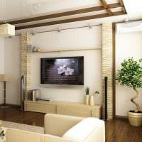 идея красивого дизайна гостиной с декоративными балками фото