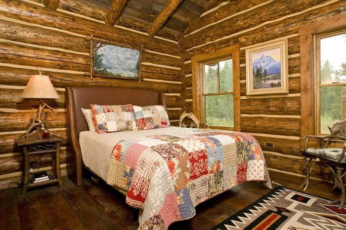 вариант необычного интерьера гостиной в деревенском стиле