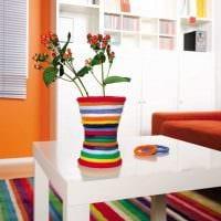 вариант красивого интерьера напольной вазы с декоративными цветами картинка