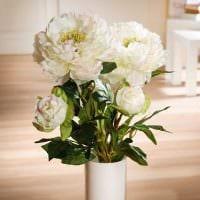 идея яркого дизайна вазы с декоративными ветками фото