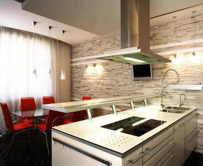 вариант яркого декоративного камня в стиле комнаты